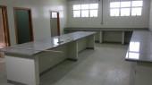 VISTA DAS LUMINARIAS E BANCADAS DO LABORATORIO 3 - Lab Pesquisa Vegetal FAP-TO